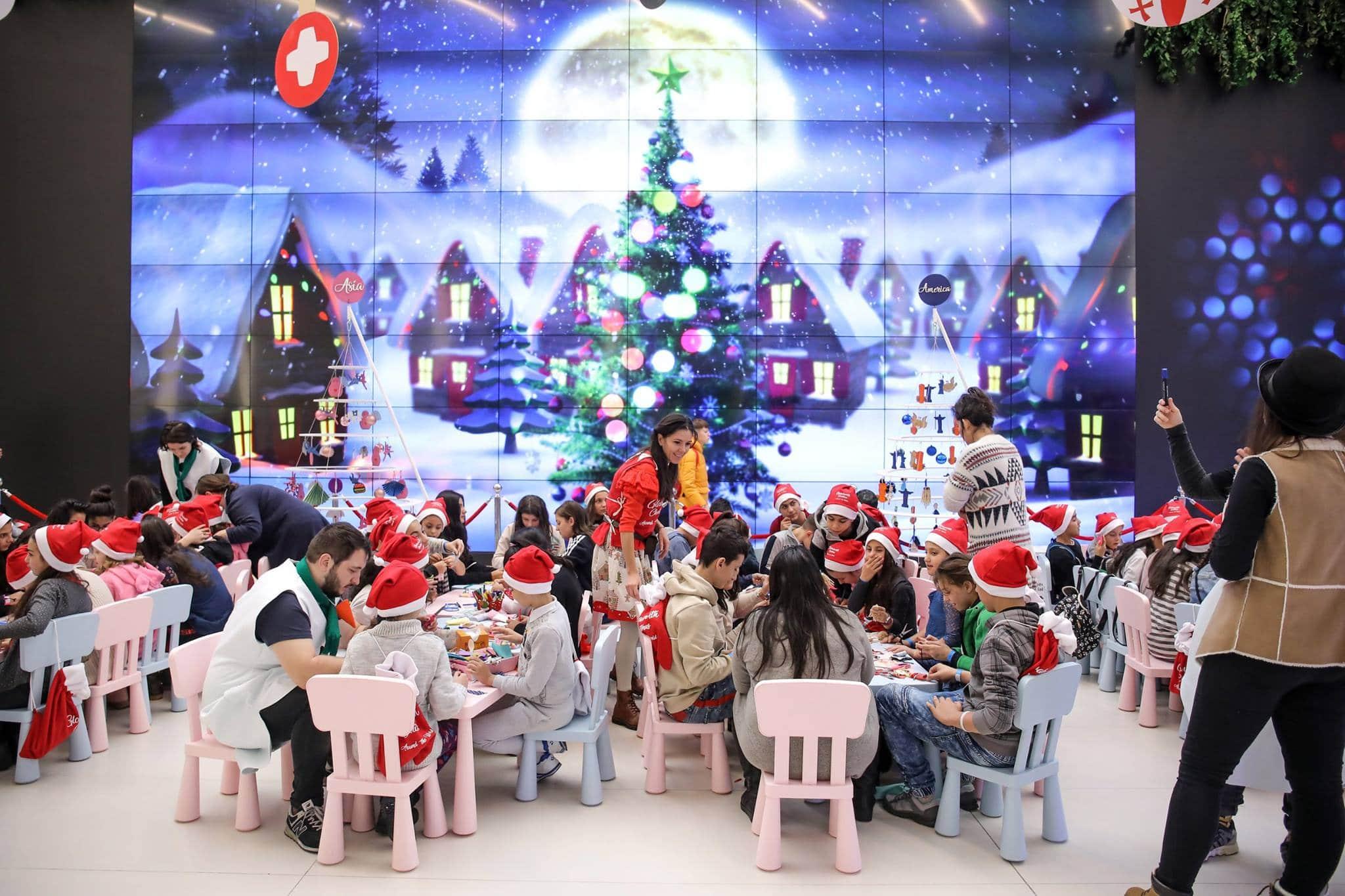 Corporatiștii se unesc la birou pentru a da o mână de ajutor lui Moș Crăciun