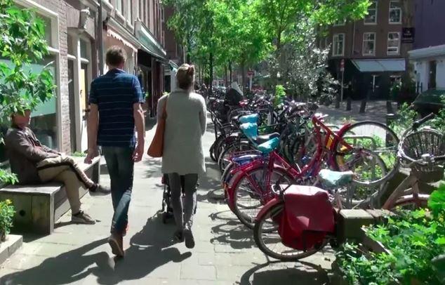În Amsterdam, Primăria desființează parcările pentru mașini, înlocuindu-le cu parcări pentru biciclete și noi zone verzi
